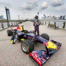 David Coulthard posa con el RB7 en Nueva York