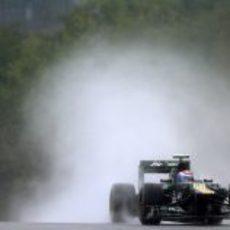 Petrov levanta una gran cortina de agua en Spa
