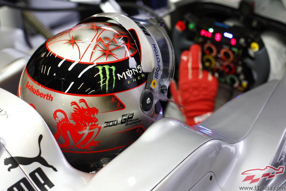 Vista desde atrás del casco especial de Michael Schumacher para Spa 2012