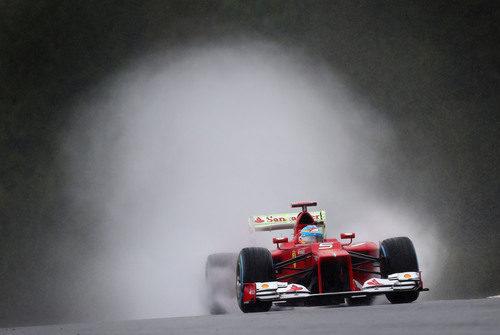 Alonso deja tras de sí una gran cortina de agua en Spa