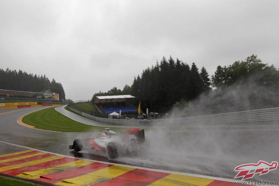 Lewis Hamilton pasa por Eau Rouge durante los entrenamientos