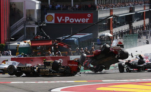 Grosjean, Alonso y Hamilton en el gran accidente de Spa
