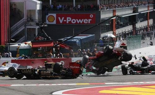 Grosjean, Alonso y Hamilton en el gran accidente de Spa