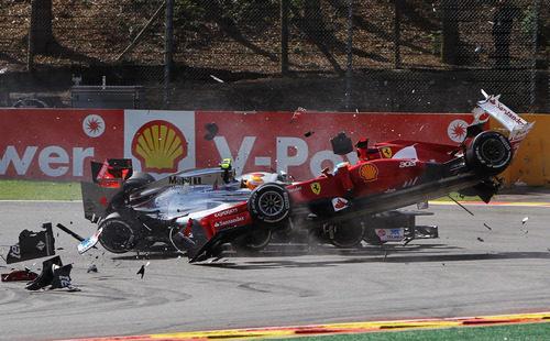 Hamilton y Alonso chocan en la primera curva de Spa 2012