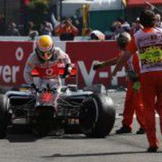 Hamilton sale de su coche destrozado en Spa