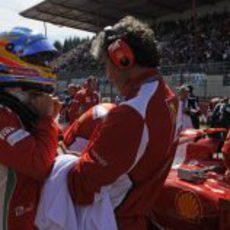Fernando Alonso se prepara antes de la carrera en Spa
