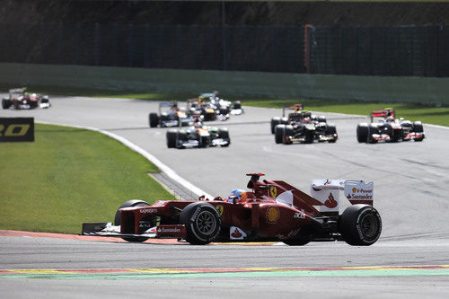 Fernando Alonso completa la vuelta de formación en spa