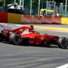 Felipe Massa progresa durante la carrera en Spa-Francorchamps
