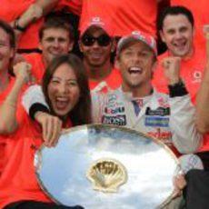 Jenson Button celebra la victoria junto al equipo y a Jessica Michibata