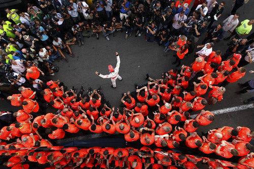 La prensa y McLaren rodean a Jenson Button