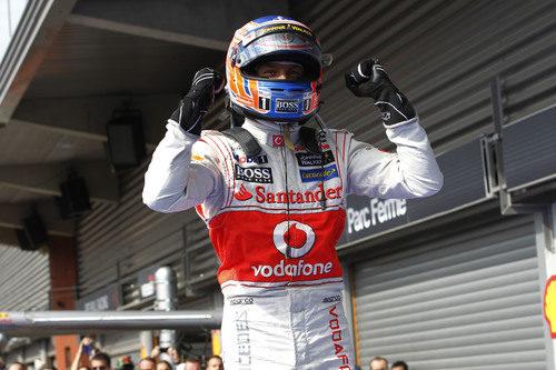 Jenson Button celebra su victoria al terminar la carrera