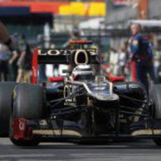 Kimi Räikkönen pasa por el 'pitlane' en Spa
