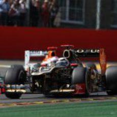 Kimi Räikkönen trata de mantener el ritmo en carrera