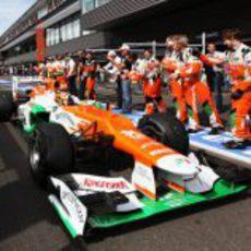 Los mecánicos de Force India reciben a Hülkenberg
