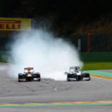 Michael Schumacher apura la frenada frente a Sebastian Vettel