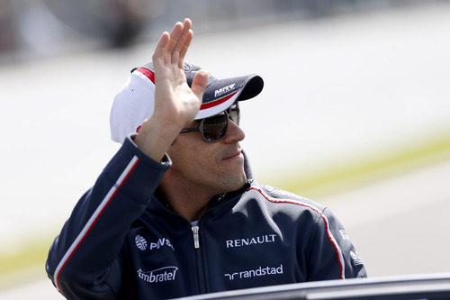 Pastor Maldonado saluda a la afición en Spa
