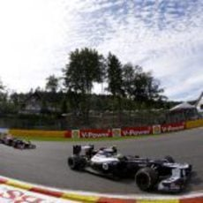 Bruno Senna rueda por delante de los Red Bull