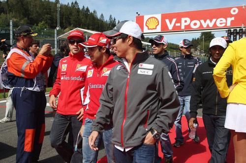 Kamui Kobayashi junto a los pilotos de Ferrari