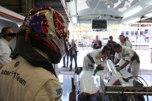 Kamui Kobayashi espera para entrar en el coche