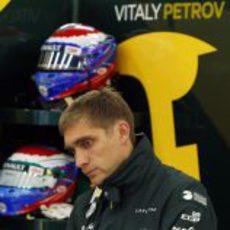 Vitaly Petrov se concentra en su box antes de salir a rodar