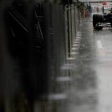 Bruno Senna sale a una mojada pista de Spa-Francorchamps