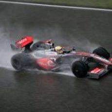 Hamilton se mantiene en pista