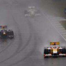 Alonso sobre mojado