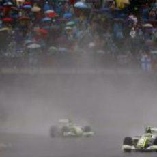 Barrichello seguido por Button