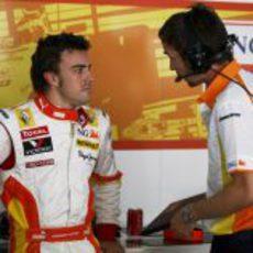 Alonso habla con un ingeniero