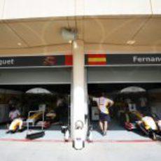 Los dos boxes de Renault