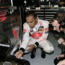 Hamilton con sus mecánicos