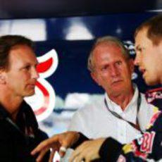 Vettel charla con Horner