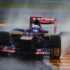 Daniel Ricciardo en su Toro Rosso sobre el mojado circuito de Spa