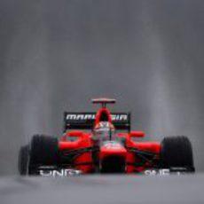 Timo Glock asoma su Marussia en el mojado circuito de Spa