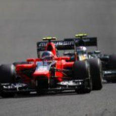 Charles Pic rueda por delante de Vitaly Petrov