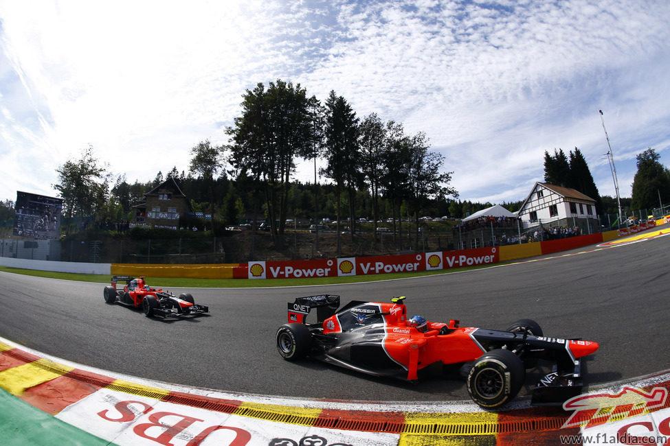 Los Marussia atacan la primera curva de Spa