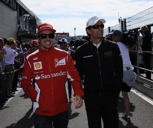 Fernando Alonso y Pedro de la Rosa sonríen