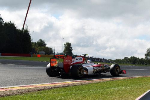 Narain Karthikeyan rueda en el Gran Premio de Bélgica