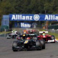 Heikki Kovalainen rueda por delante de Felipe Massa