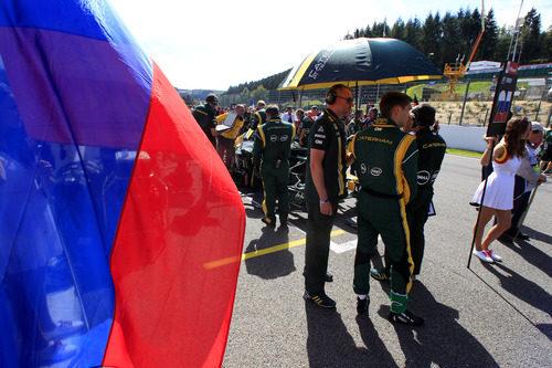 La bandera rusa junto a Vitaly Petrov
