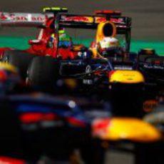 Felipe Massa testigo de la lucha entre los Red Bull
