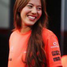 Jessica Michibata con la camiseta de la victoria de McLaren