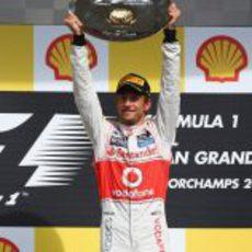 Jenson Button levanta su trofeo de ganador en Spa 2012