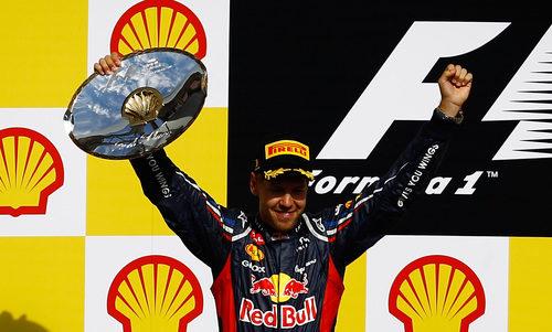 Sebastian Vettel levanta su trofeo de segundo en Bélgica 2012