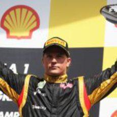 Kimi Räikkönen levanta su trofeo de tercero en el GP de Bélgica 2012