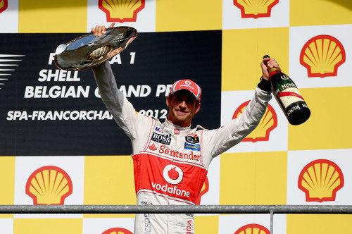 Button levanta el trofeo y el champán en Bélgica 2012