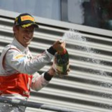 Jenson Button descorcha el champán en Spa 2012