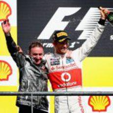Jenson Button y Paddy Lowe en el podio del GP de Bélgica 2012