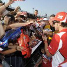 Fernando Alonso firma autógrafos en Monza 2012