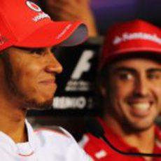 Hamilton y Alonso se rien en la rueda de prensa de la FIA en Italia
